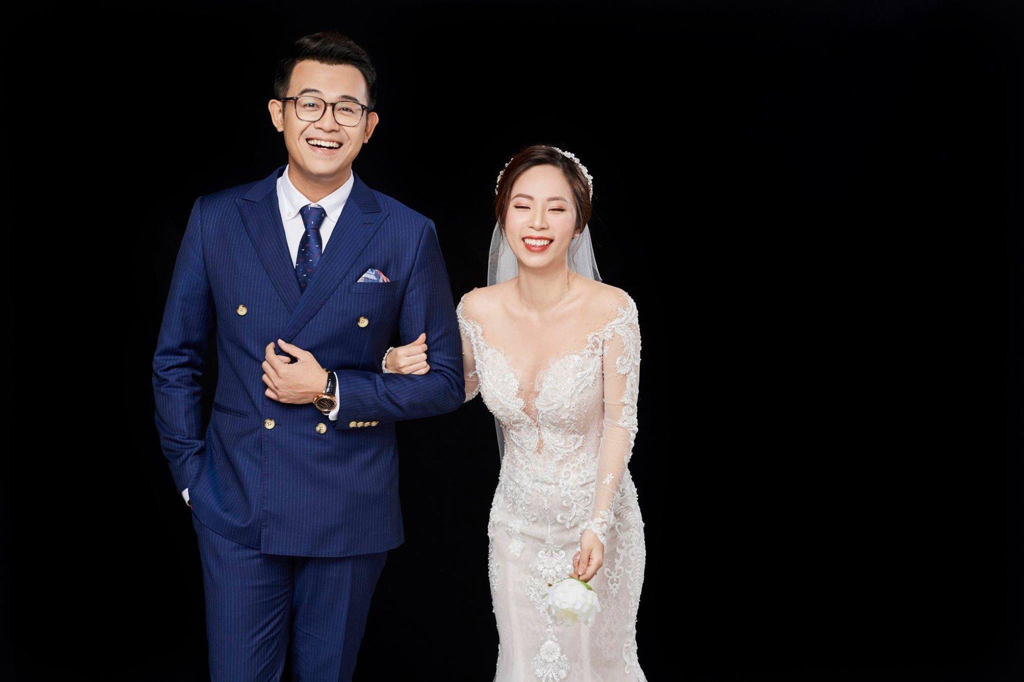 MC Chúng tôi là chiến sĩ khoe ảnh cưới bên vợ xinh đẹp, hài hước