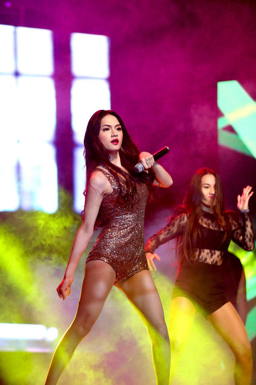 Mặc bikini, quần siêu ngắn, Hương Giang Idol gặp sự cố khiến fan đỏ mặt 4