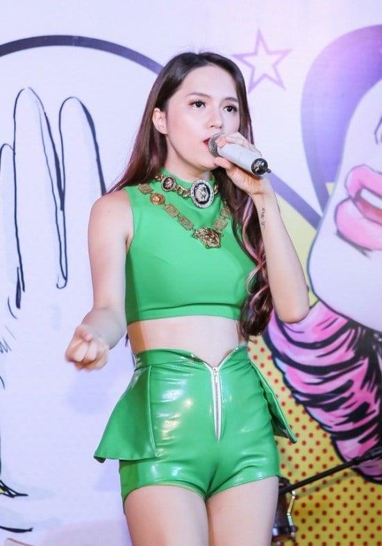 Mặc bikini, quần siêu ngắn, Hương Giang Idol gặp sự cố khiến fan đỏ mặt 8