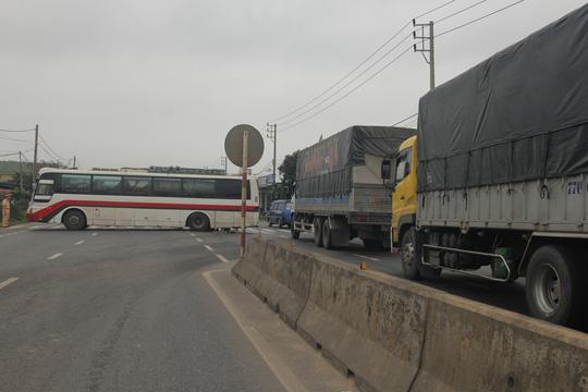 Tin TNGT mới nhất ngày 14/3: Xe ô tô chắn ngang, QL1 tắc hơn 2km 1