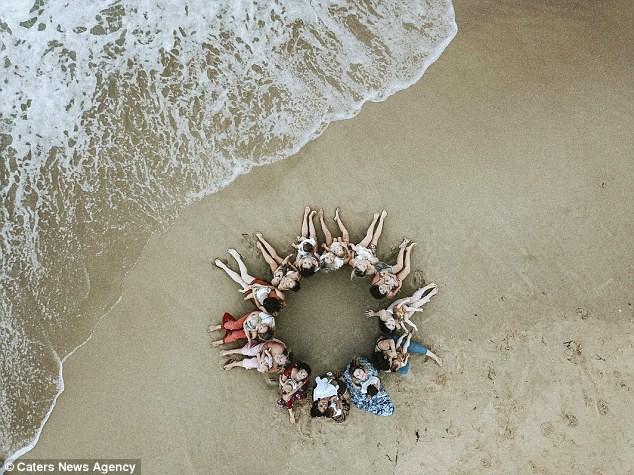 Hình ảnh 14 bà mẹ ngực trần, cho con bú trên bờ biển lại dấy lên tranh luận: Có nên cho trẻ bú ở nơi công cộng? 6