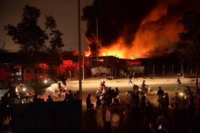 Hà Nội: Cháy xưởng phế liệu ở Triều Khúc, 50 cán bộ, chiến sỹ được huy động dập lửa 2