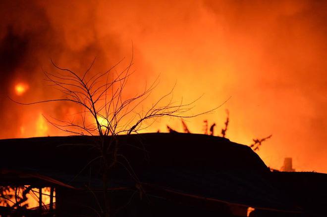 Hà Nội: Cháy xưởng phế liệu ở Triều Khúc, 50 cán bộ, chiến sỹ được huy động dập lửa 3