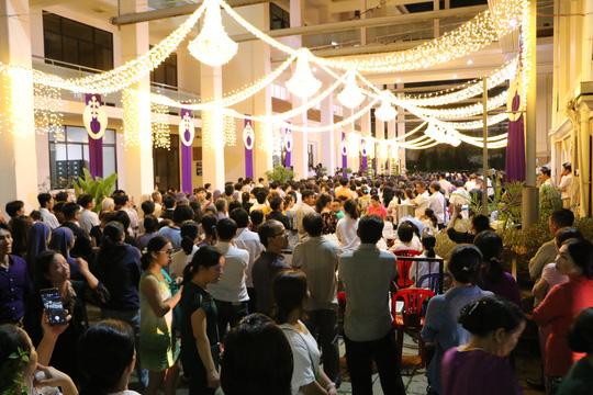 Hàng nghìn giáo dân đón linh cữu Tổng giám mục Phaolô Bùi Văn Đọc 2