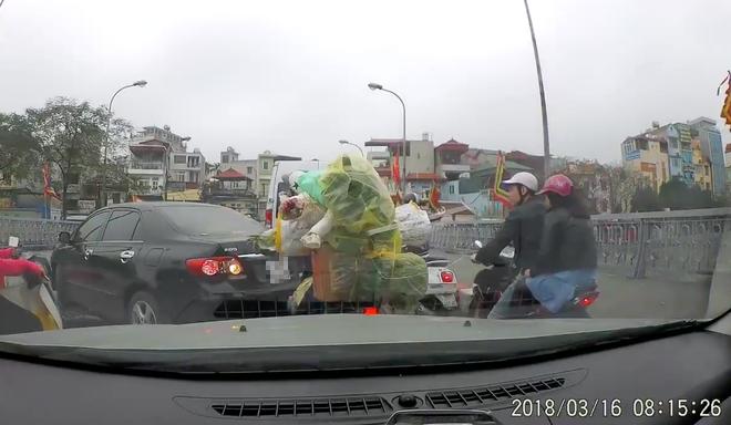 Quay đầu ô tô giữa cầu không được, nữ tài xế lớn tiếng chửi bới do không ai nhường 1