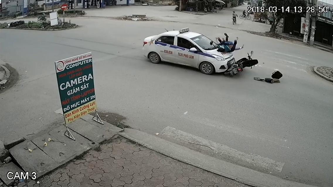 Tin TNGT mới nhất ngày 16/3/2018: Hai mẹ con bị ô tô hất tung lên nắp capô 1