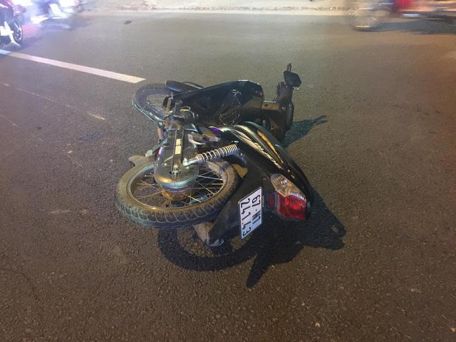 Ô tô 4 chỗ đâm hàng loạt xe máy, ít nhất 3 người bị thương nặng 4