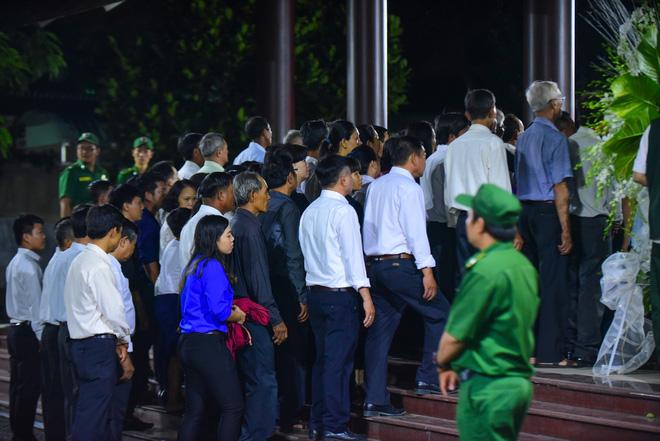 Người dân vượt đường xa đến viếng nguyên Thủ tướng Phan Văn Khải trong đêm 3