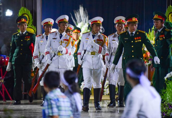 Người dân vượt đường xa đến viếng nguyên Thủ tướng Phan Văn Khải trong đêm 5
