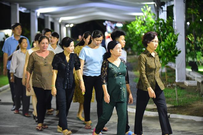 Người dân vượt đường xa đến viếng nguyên Thủ tướng Phan Văn Khải trong đêm 1