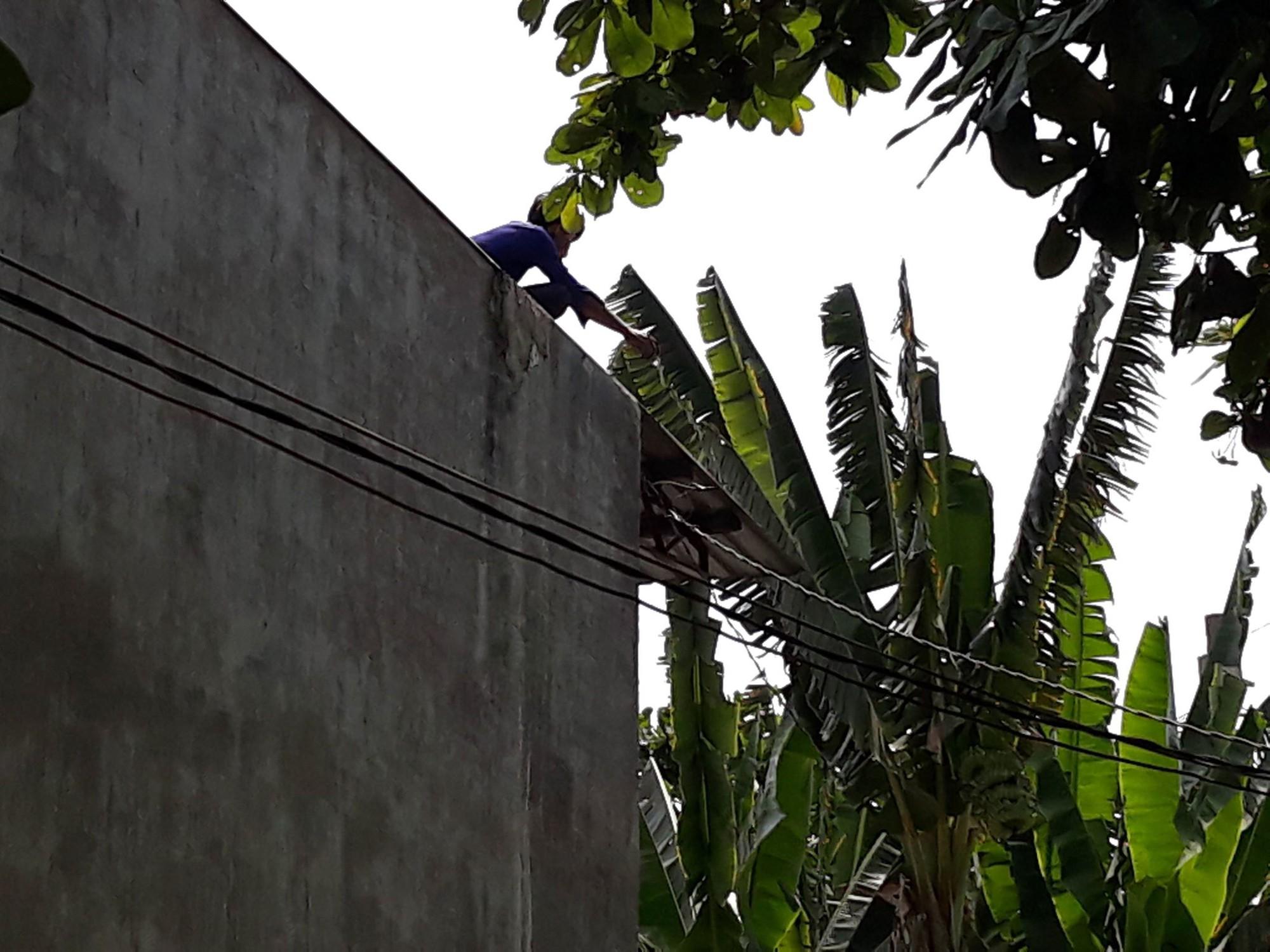 Thanh niên nghi 'ngáo đá' leo lên nhà dân cố thủ nhiều giờ, cầm gạch chống trả công an 1