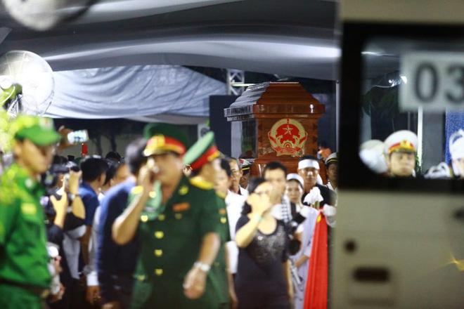 Hàng nghìn người dân đứng bên đường đưa tiễn linh cữu nguyên Thủ tướng Phan Văn Khải 3