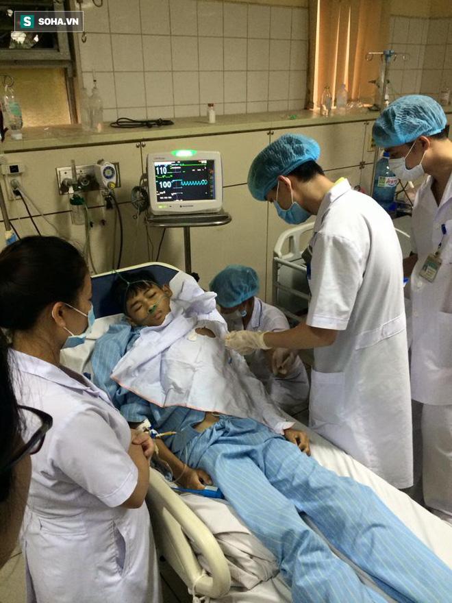 Bị truy tố, bác sĩ Hoàng Công Lương vẫn mệt mài làm việc, cứu người 2