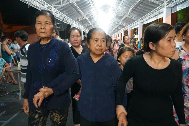 Hàng nghìn người dân đứng bên đường đưa tiễn linh cữu nguyên Thủ tướng Phan Văn Khải 7