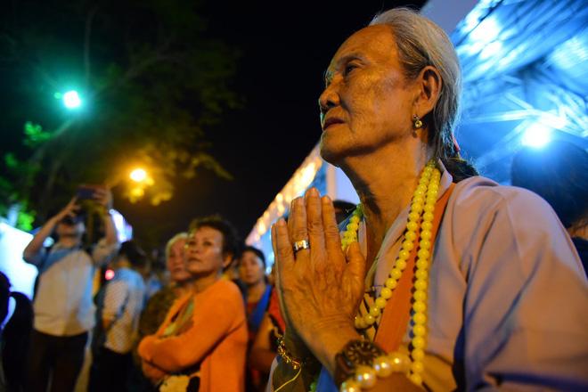 Hàng nghìn người dân đứng bên đường đưa tiễn linh cữu nguyên Thủ tướng Phan Văn Khải 6