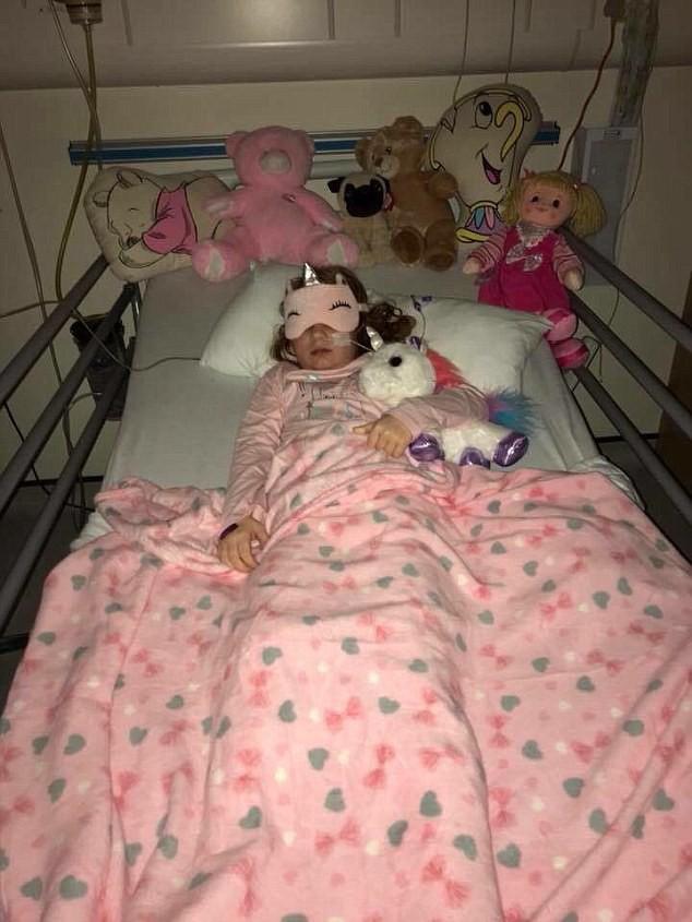 Bố mẹ cứu sống con gái 7 tuổi nhờ phát hiện điểm kỳ lạ trong bức ảnh này 2