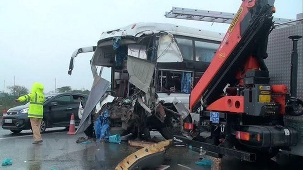 Thông tin mới nhất vụ xe khách đâm xe cứu hỏa kinh hoàng trên cao tốc 1