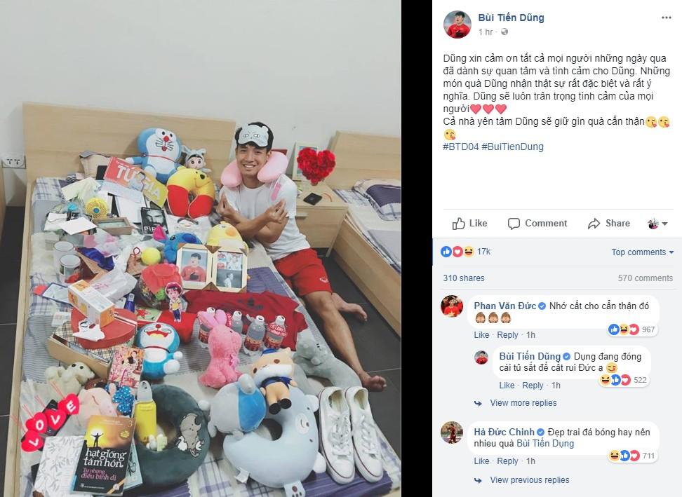 Bùi Tiến Dũng khoe 'núi' quà tặng của fan sau kỳ tích cùng U23 Việt Nam 2