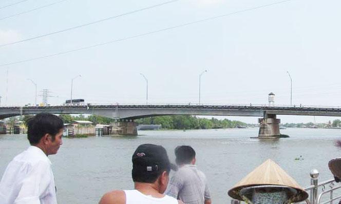 Người đàn ông giữa trưa lên cầu bỏ lại xe máy nhảy xuống sông, sau đó bình thản bơi vào bờ rồi dắt xe về 2