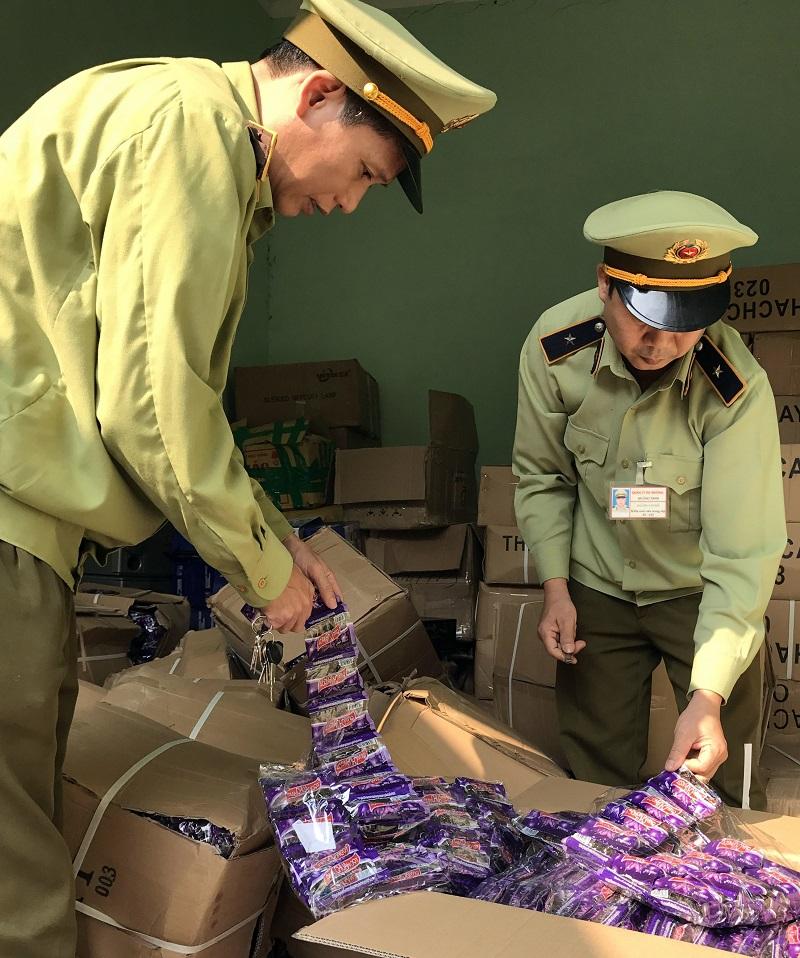 Hãi hùng phát hiện hơn 1 tấn thạch và chân gà thối nhập lậu có xuất xứ Trung Quốc bốc mùi hôi thối 2