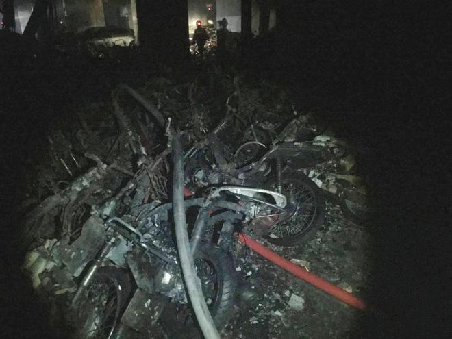 Vụ cháy chung cư khiến 13 người chết: Hàng trăm xe máy, ô tô bị thiêu rụi 7