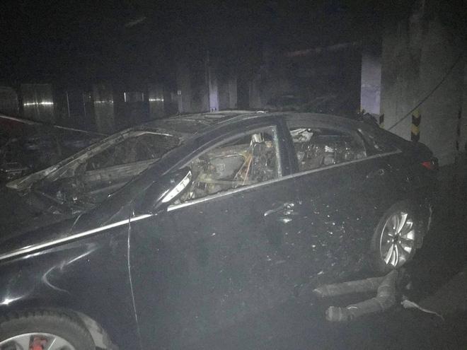 Vụ cháy chung cư khiến 13 người chết: Hàng trăm xe máy, ô tô bị thiêu rụi 5