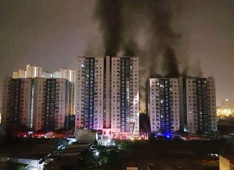 Cháy chung cư cao cấp Carina Plaza ở Sài Gòn: Một phụ nữ trượt tay rơi từ tầng 19 xuống đất 1