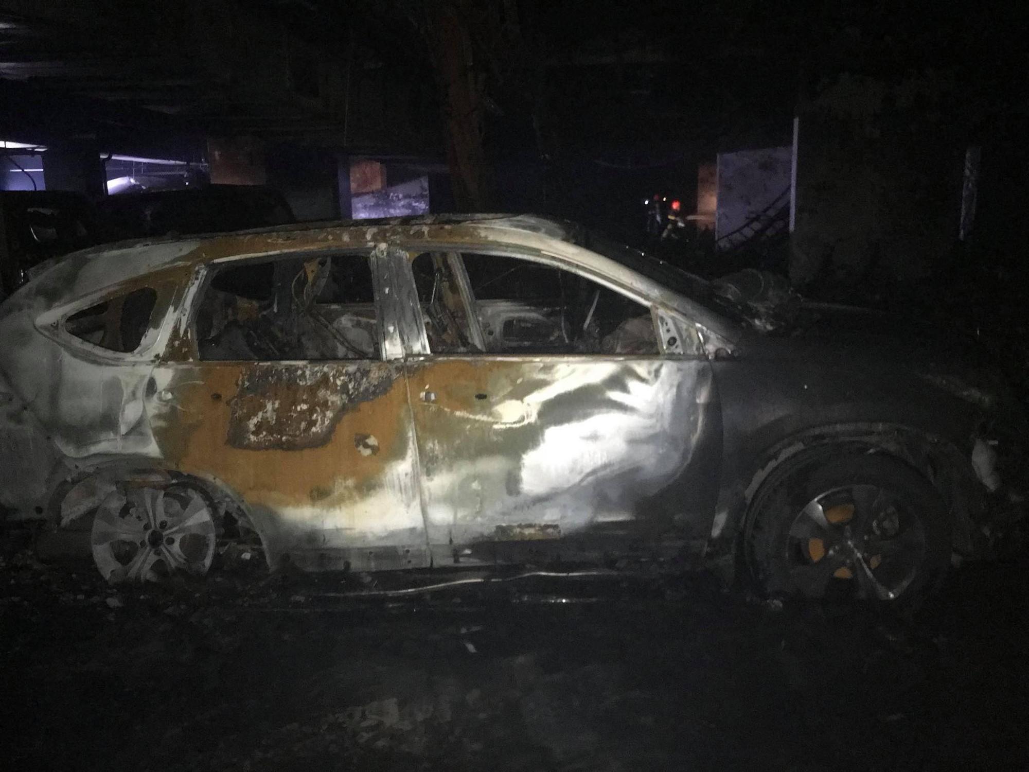 Vụ cháy chung cư khiến 13 người chết: Hàng trăm xe máy, ô tô bị thiêu rụi 3