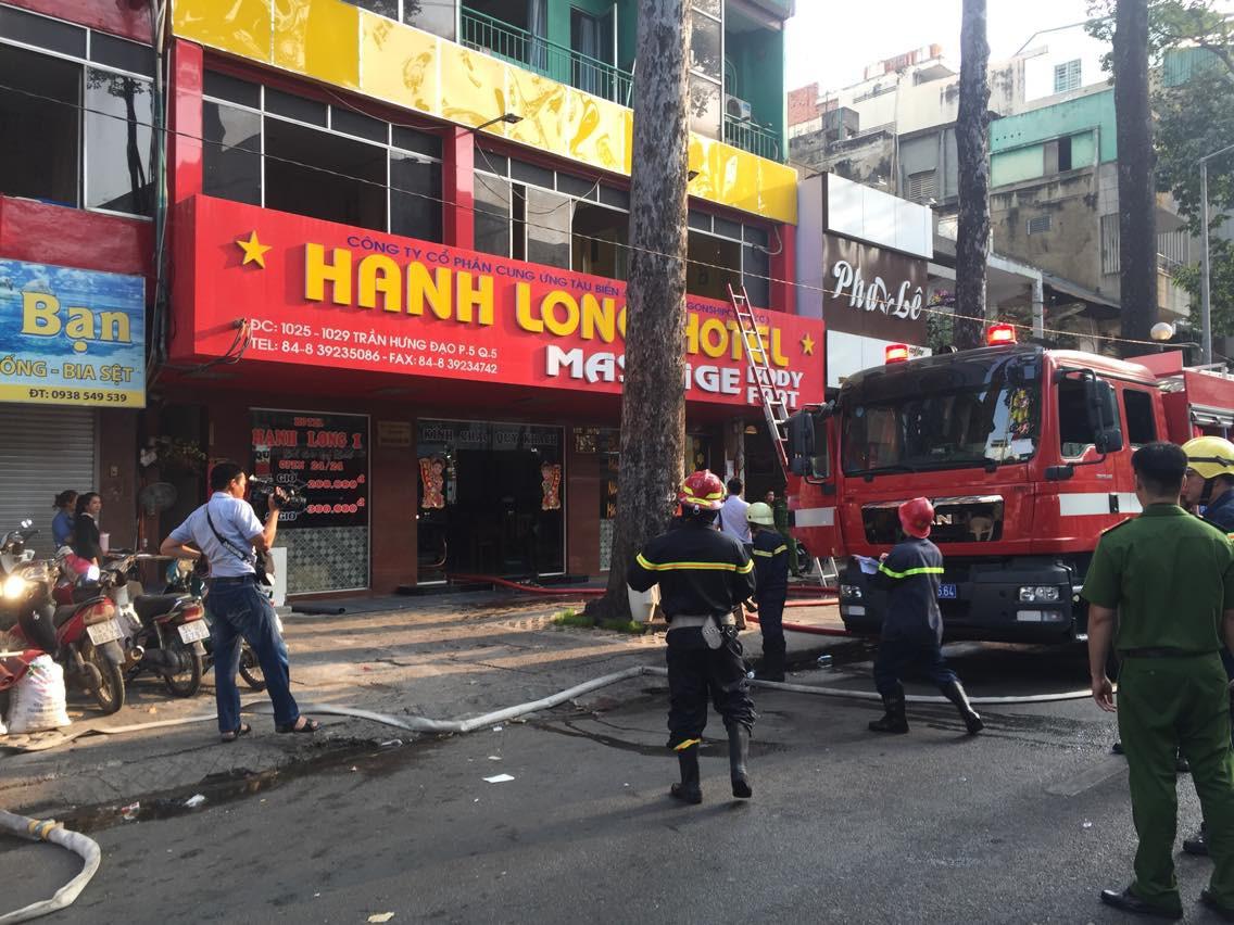 Giải cứu khẩn cấp 19 người mắc kẹt trong đám cháy khách sạn 12 tầng ở quận 5 3