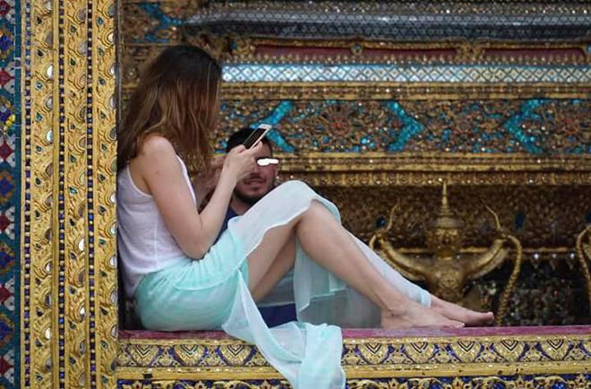 Nữ du khách ăn mặc 'thiếu vải', chụp ảnh phản cảm trong chùa, cư dân mạng phẫn nộ yêu cầu bắt giữ 4