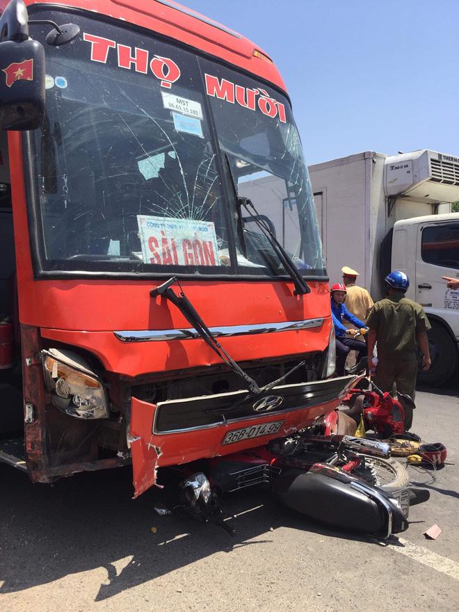 Xe khách tông liên tiếp nhiều xe máy, 5 người thương vong 1