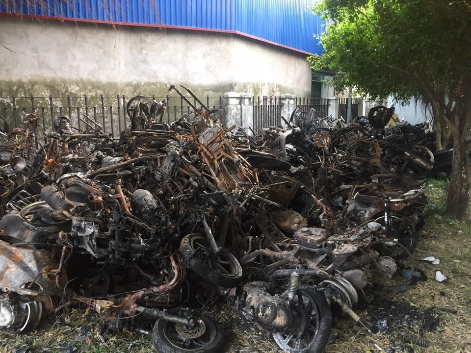 Hàng trăm xe chất thành đống sau vụ cháy chung cư Carina Plaza khiến 13 người chết 4