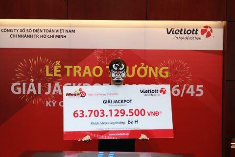 Nữ nhân viên văn phòng tay run run nhận giải thưởng hơn 63 tỷ đồng 1