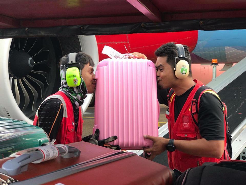 Bị phàn nàn nhiều về việc ném, quăng quật hành lý của khách, nhân viên hàng không chụp hình hôn từng chiếc vali một - Ảnh 3.