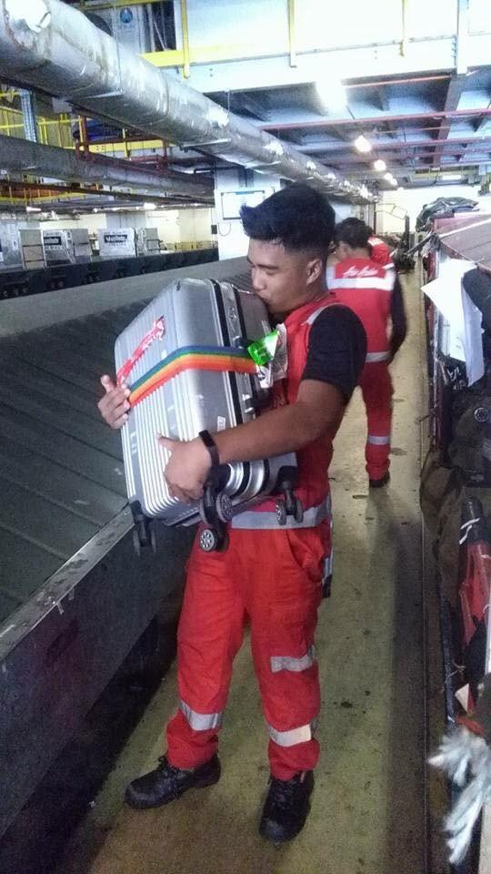 Bị phàn nàn nhiều về việc ném, quăng quật hành lý của khách, nhân viên hàng không chụp hình hôn từng chiếc vali một - Ảnh 4.
