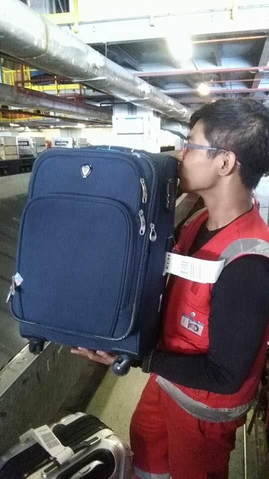 Bị phàn nàn nhiều về việc ném, quăng quật hành lý của khách, nhân viên hàng không chụp hình hôn từng chiếc vali một - Ảnh 5.