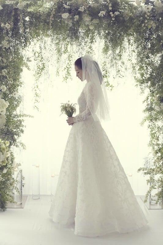 YG tung ảnh cưới hiếm hoi của đại mỹ nhân Choi Ji Woo: Cô dâu đẹp lộng lẫy, chú rể xuất hiện thoáng qua 1