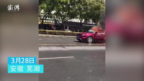 Trung Quốc: Ô tô bốc cháy dữ dội trên đường, 2 người chết cứng trong xe 1