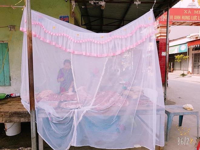 Hải Phòng: Người phụ nữ mắc màn bán thịt lợn ở giữa chợ gây chú ý 2