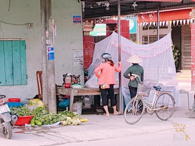 Hải Phòng: Người phụ nữ mắc màn bán thịt lợn ở giữa chợ gây chú ý 4