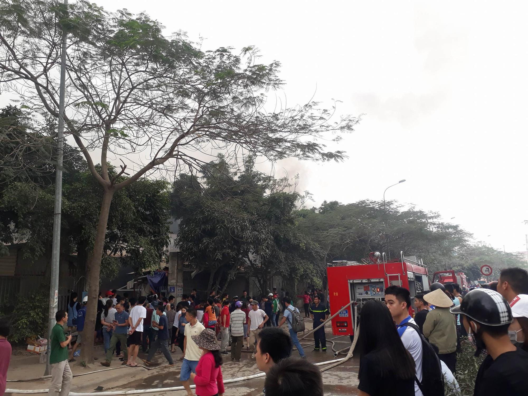 Hà Nội: Đang cháy rất lớn ở chợ Quang, vẫn còn người mắc kẹt liên tục kêu cứu 2
