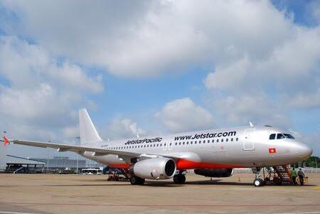 Hú hồn cảnh máy bay phải  'né' người đi bộ ở sân bay Tân Sơn Nhất 1