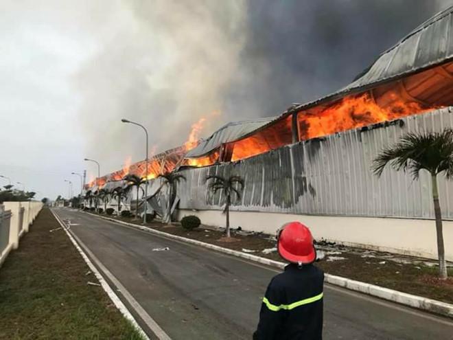 Hình ảnh Cháy lớn ở Móng Cái: Vì sao phải điều xe PCCC Trung Quốc sang hỗ trợ? số 2