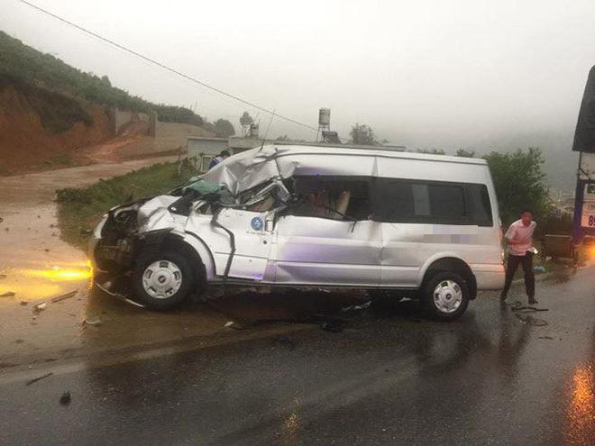 Sơn La: Xe tải đấu đầu xe khách trong cơn mưa khiến nhiều người bị thương - Ảnh 2.