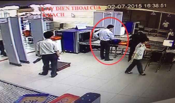 Ăn cắp điện thoại trong hành lý, nam nhân viên sân bay phải trả giá 1