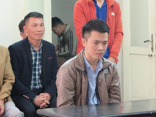 Hình ảnh Cựu cán bộ công an liên tục òa khóc khi ra tòa vì tội lừa đảo số 1