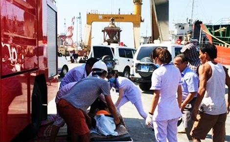 Bình Định: 3 thủy thủ chết ngạt sau khi chui xuống hầm tàu dọn mật rỉ 2