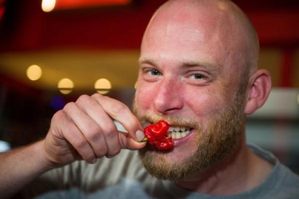 Tham gia thử thách ăn ớt cay nhất thế giới, người đàn ông gặp nạn 1