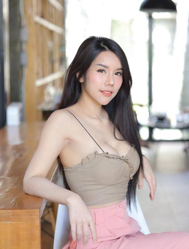 Ăn mặc nóng bỏng bán bánh ngoài phố, cô gái Thái Lan không bị