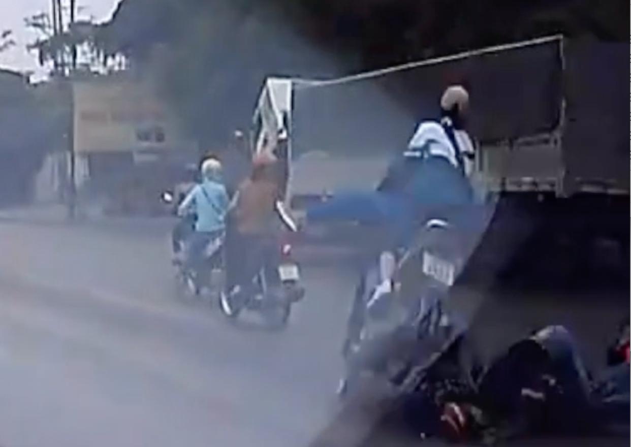 Hà Nội: Bị ngã ra đường vì tránh ô tô đi ngược chiều, 2 người bị xe máy đi sau cán trực diện 1